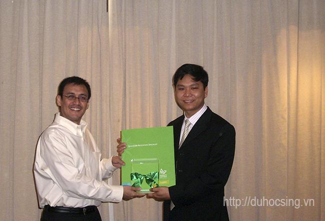 """Anh Nguyễn Đăng Hiển nhận chứng nhận """"Singapore Education Specialist"""" từ Tổng cục du lịch Singapore tháng 3/2008"""