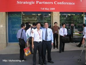 """Anh Hiển chụp ảnh chung với thầy hiệu trưởng Eric Kuan năm 2009 trong một lần tham dự """"Hội nghị đối tác chiến lược"""""""