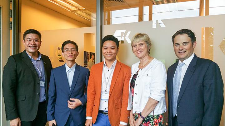Giám đốc Eduzone - Anh Nguyễn Đăng Hiển (áo vàng) chụp ảnh với Giám đốc Kaplan Singapore (rìa trái), đại diện trường Murdoch (đối tác cấp bằng của Kaplan) bên phải