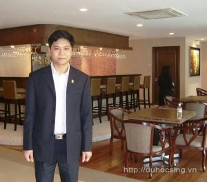 Anh Nguyễn Đăng Hiển chụp ảnh tại quầy bar nằm trong Tropical Breeze của trường MDIS