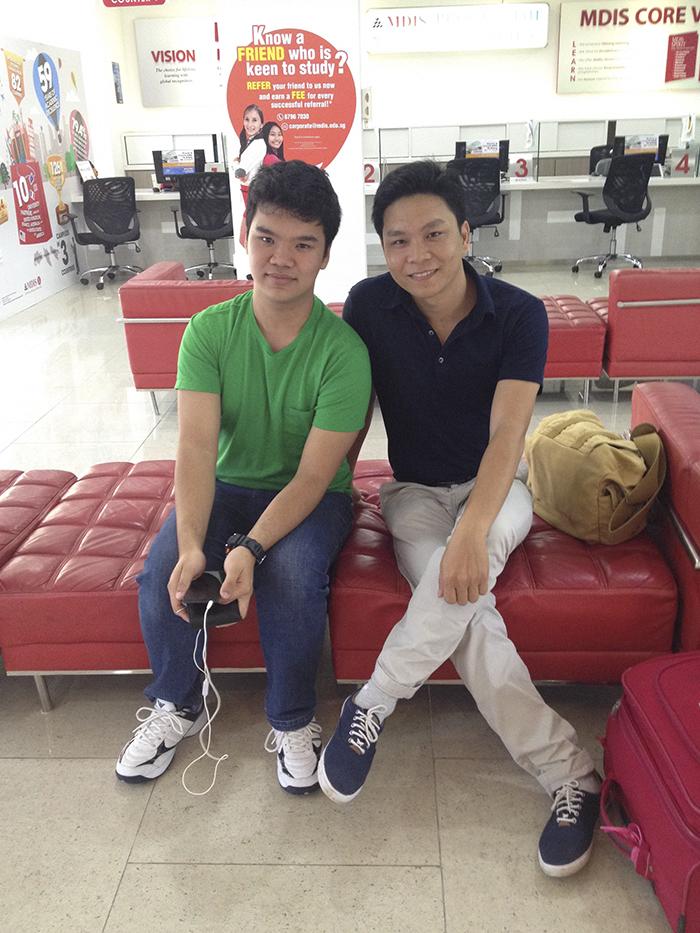 Anh Nguyễn Đăng Hiển chụp ảnh chung với Huy Thịnh tại MDIS Singapore