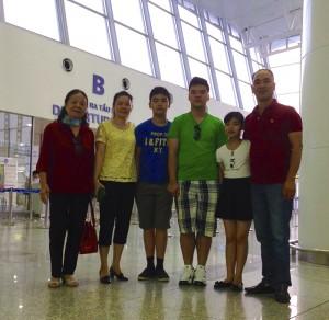Gia đình chị Lan Chi đưa tiên học sinh Huy Thịnh (Học sinh trường MDIS) lên đường sang Singapore