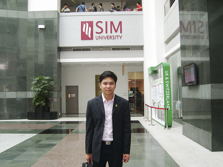 Anh Nguyễn Đăng Hiển - Giám đốc Eduzone trong một lần đến thăm và làm việc với SIM năm 2009