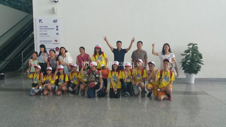 Anh Nguyễn Đăng Hiển (áo đen đứng giữa) - Giám đốc Eduzone chụp ảnh với đoàn du học hè Singapore 2016