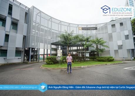 Anh Nguyễn Đăng Hiển - Giám đốc Eduzone chụp ảnh lưu niệm tại Curtin Singapore