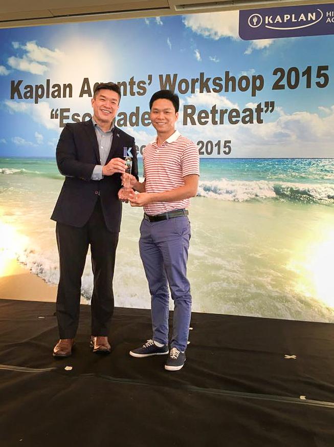 """Anh Nguyễn Đăng Hiện nhận cup """"Agent xuất sắc"""" từ Chủ tịch Kaplan Singapore"""