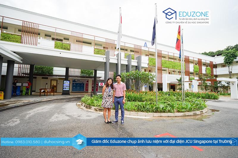 Giám đốc Eduzone - Anh Nguyễn Đăng Hiển chụp ảnh lưu niệm với đại diện JCU Singapore