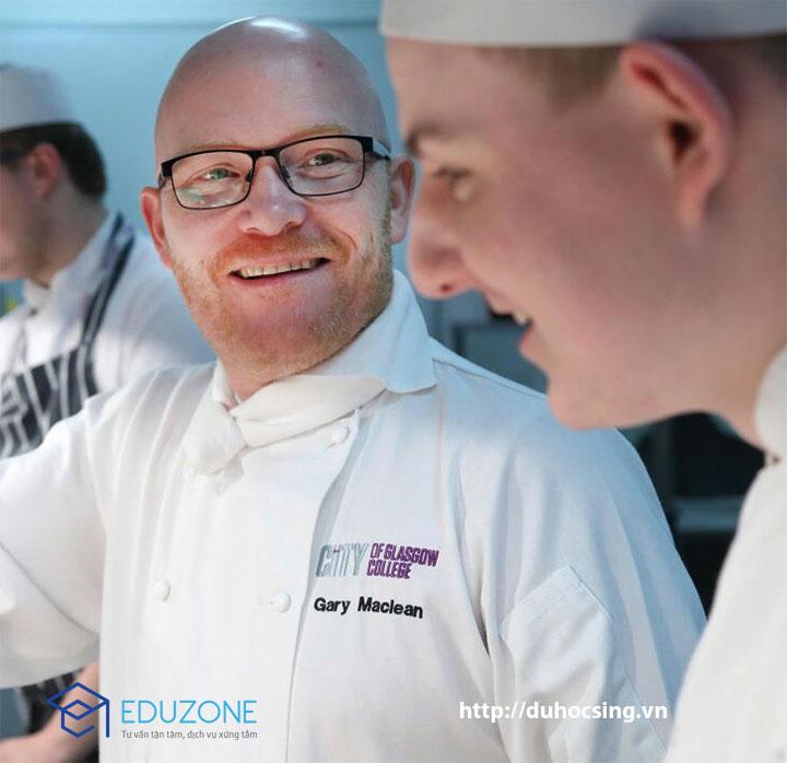 """Ông Gary Maclean, Quán quân cuộc thi """"Vua đầu bếp: Giải vô địch nhà nghề"""" đài BBC năm 2016, đồng thời là giảng viên giảng dạy nghề bếp trưởng cấp cao của trường Cao đẳng thành phố Glasgow (City of Glasgow College) sẽ trực tiếp đứng lớp"""