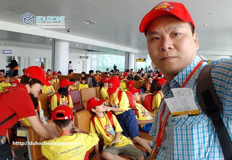 Anh Nguyễn Đăng Hiển giám đốc Eduzone dẫn đoàn học hè Singapore