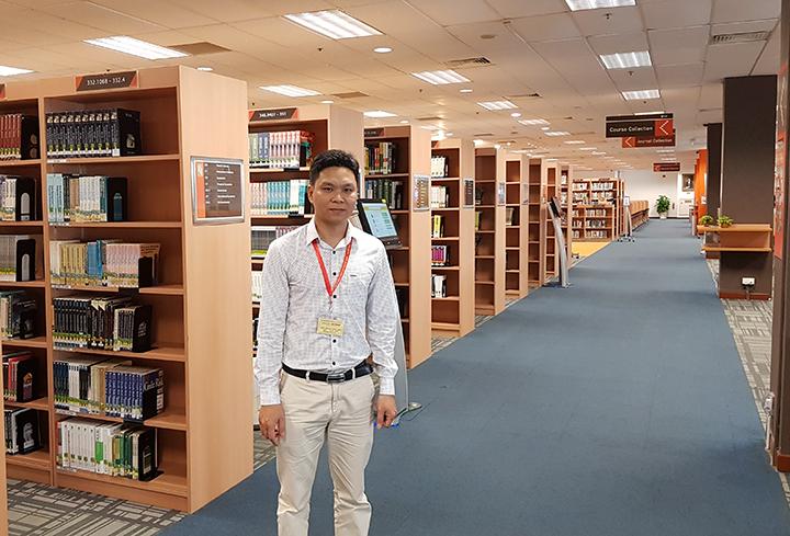 Anh Nguyễn Đăng Hiển - Giám đốc Eduzone chụp ảnh tại Thư viện SIM Singapore
